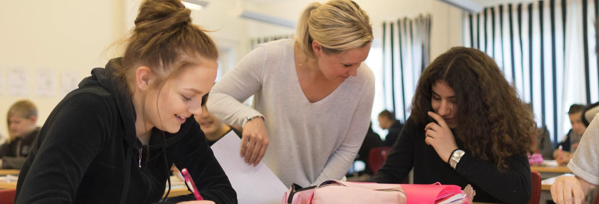 Elever och lärare på lektion på skola i Eskilstuna