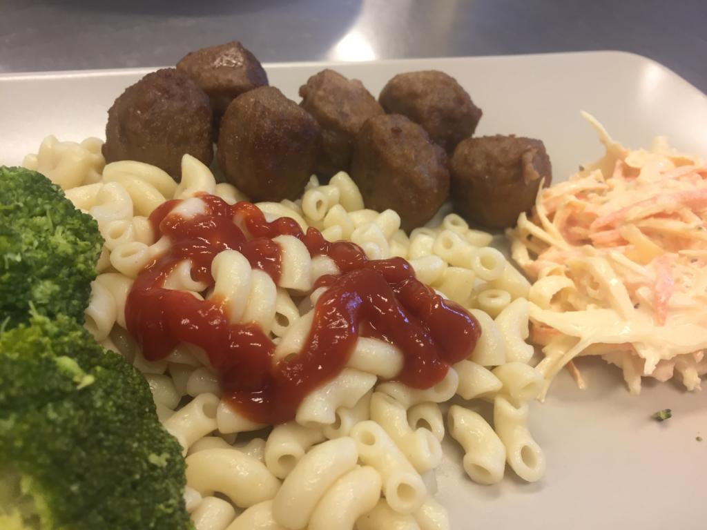 makaroner och kötbullar med ketchup, broccoli och coleslaw