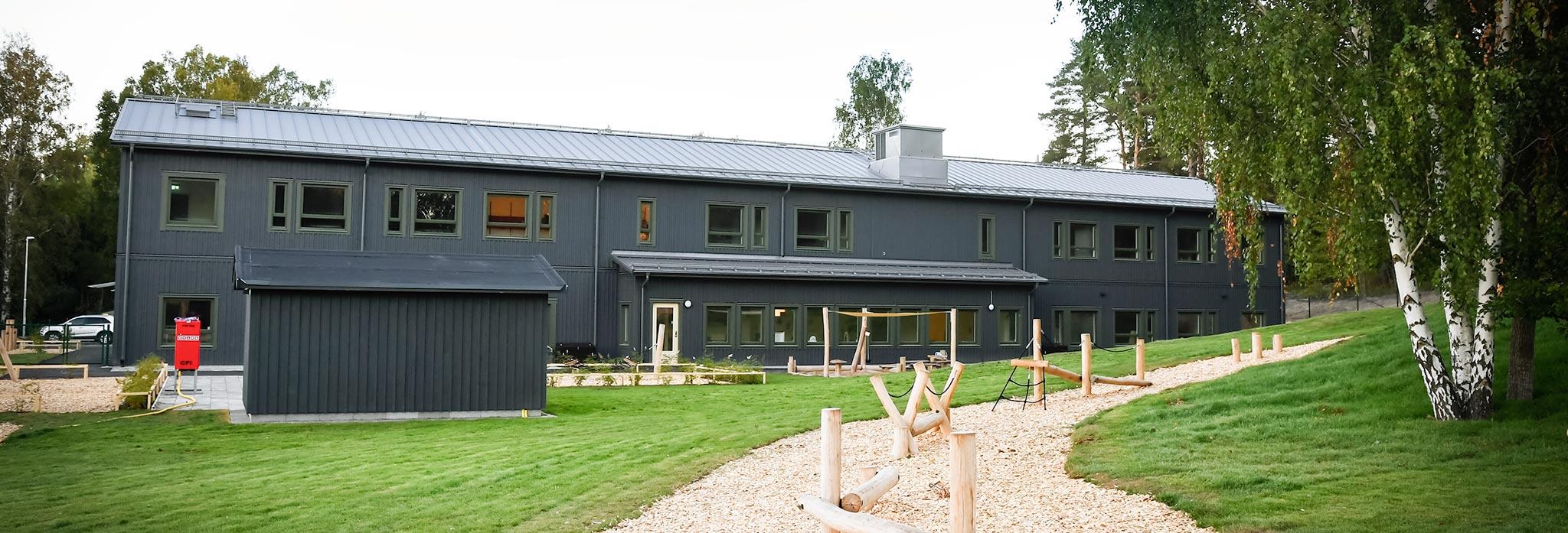 En byggnad utomhus med lakpark